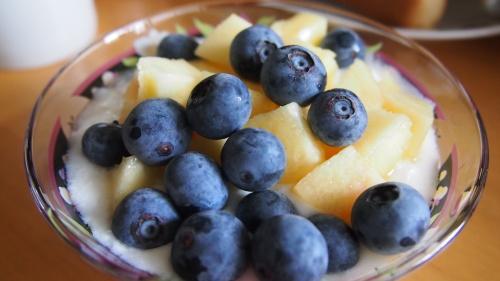 ブルーベリーと桃のせヨーグルト